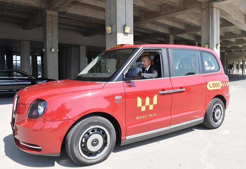 """Президент Ильхам Алиев проехал за рулем нового """"лондонского такси"""" модели LEVC TX"""