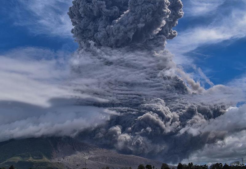 Кадры извержения вулкана в Индонезии