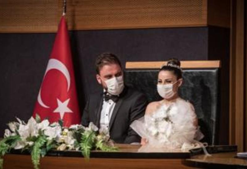 С сегодняшнего дня в 14 провинциях Турции запрещается проведение свадеб, помолвок и других церемоний