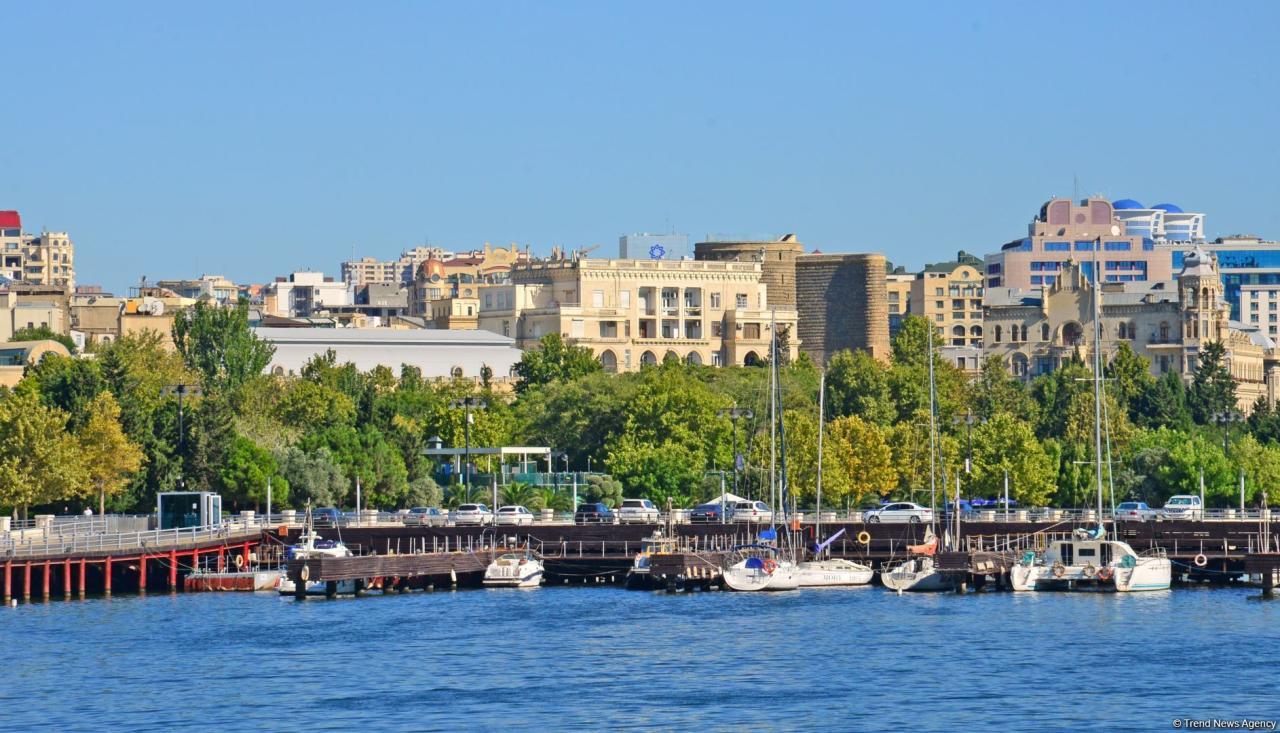 Баку встречает «карантинную осень»