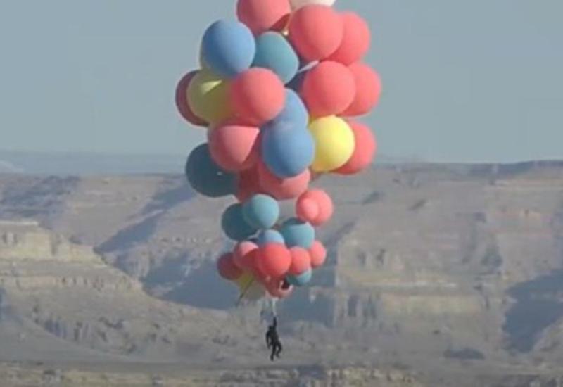 Иллюзионист Дэвид Блейн пролетел над пустыней на воздушных шарах