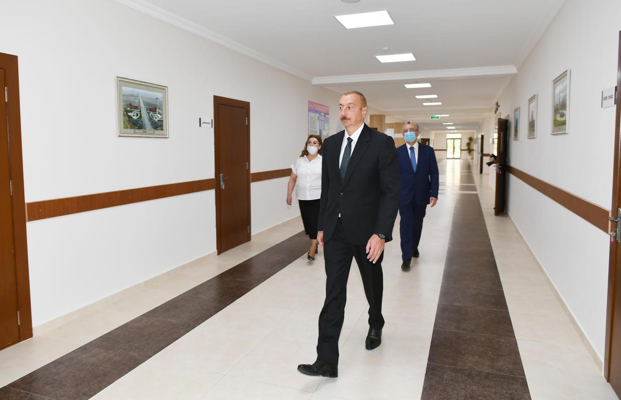 Президент Ильхам Алиев ознакомился с работами по капитальному ремонту, а также принял участие в открытии нового корпуса школы №251 в Баку