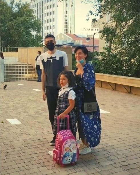 Прозвенел школьный звонок: азербайджанские звезды проводили детей в первый класс
