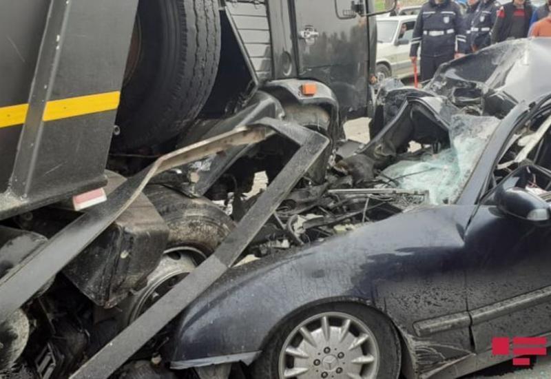 В Баку легковой автомобиль столкнулся с грузовиком, есть погибший