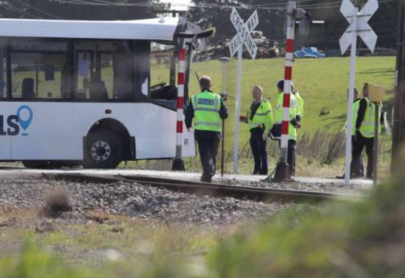 В Новой Зеландии поезд столкнулся со школьным автобусом