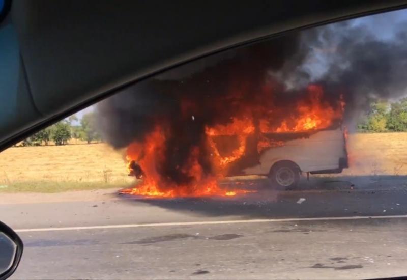 Автобус загорелся на ходу на трассе в России
