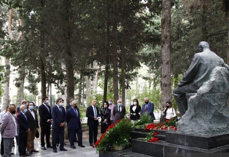 В Баку почтили память Узеира Гаджибейли и Муслима Магомаева-старшего