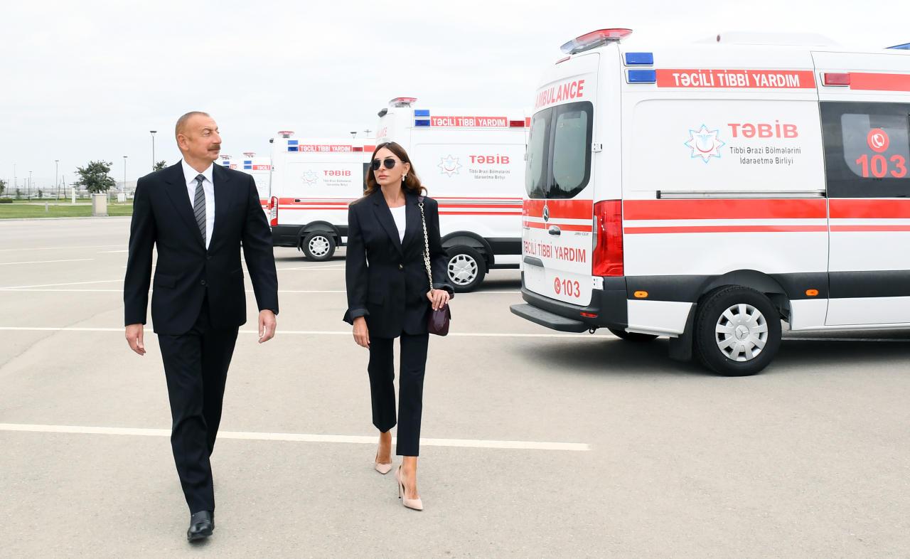 Президент Ильхам Алиев и Первая леди Мехрибан Алиева ознакомились с доставленными в Азербайджан новыми автомобилями скорой медицинской помощи