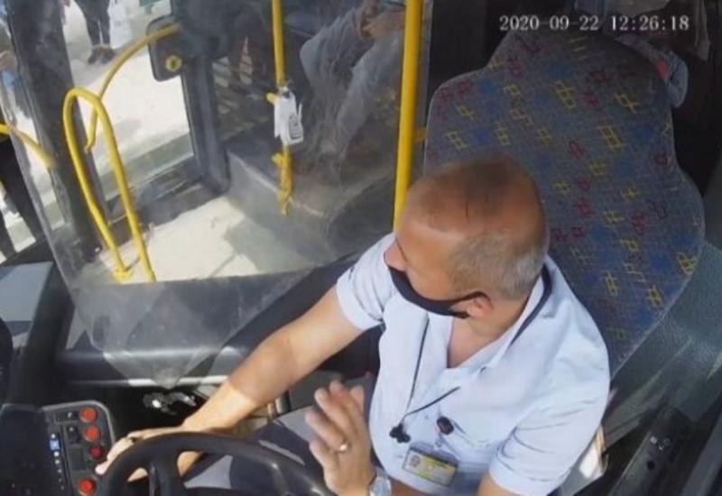 Sürücü avtobusa maskasız minən sərnişini bıçaqladı - VİDEO