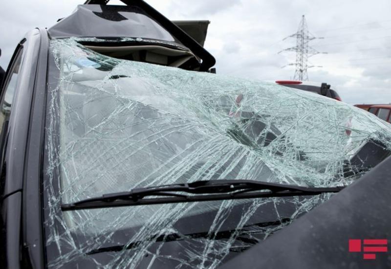 В Баку грузовик столкнулся с легковым автомобилем, есть погибший