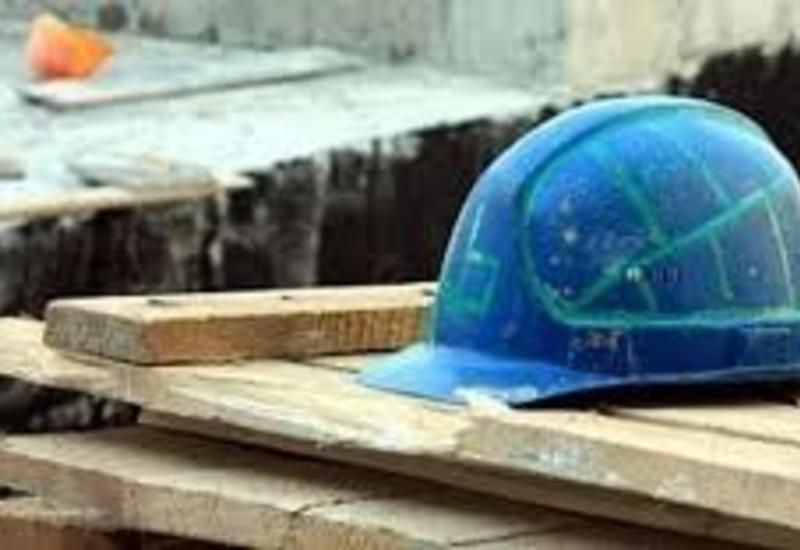 В Баку рабочий погиб при падении с высоты
