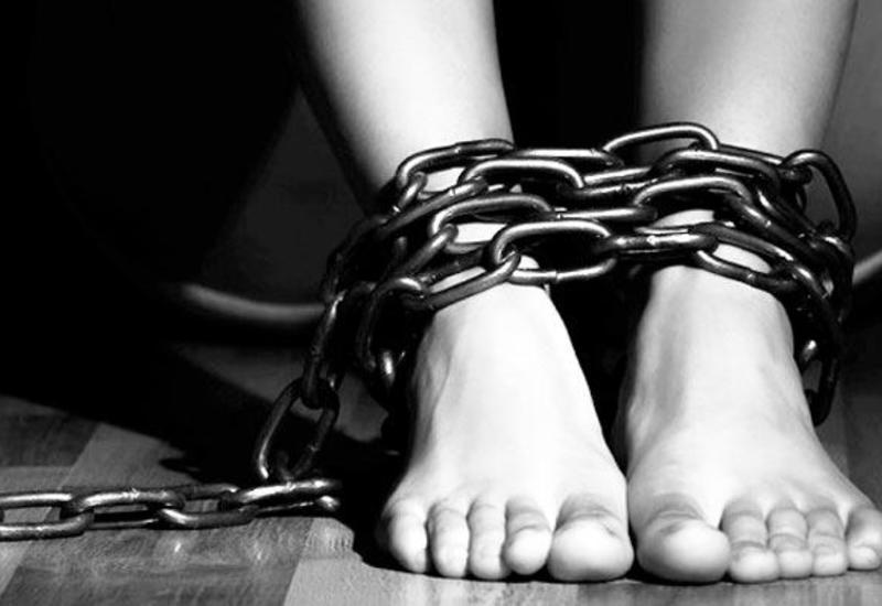В Азербайджане мужчина приковал дочь и пытал ее