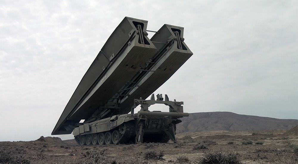 Азербайджанские саперы выполняют задачи по инженерному обеспечению боевых действий