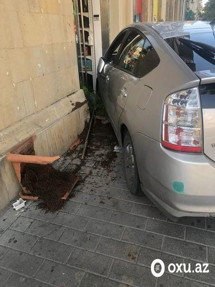 Тяжелое ДТП в Баку: автомобиль врезался в магазин