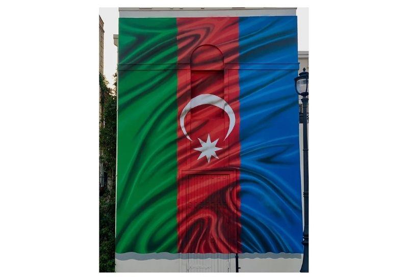 Мурал с изображением флага Азербайджана в Ичеришехер