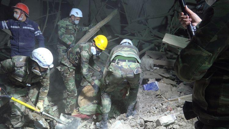 В Гяндже продолжаются поиски людей под завалами