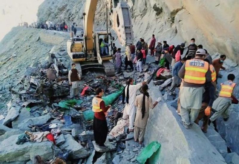 В Пакистане под обвал попал пассажирский автобус, погибли 16 человек