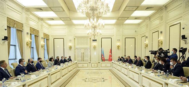 Сахиба Гафарова на переговорах с Мустафой Шентопом