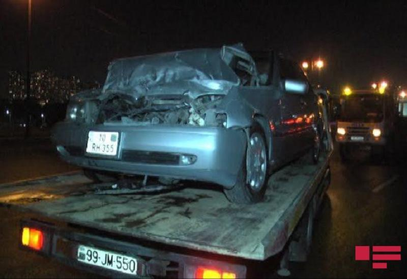 В Баку Mercedes врезался в грузовик, есть пострадавший
