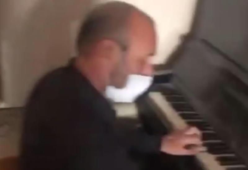 Непоколебимый житель Гянджи сыграл на пианино в своем разрушенном доме