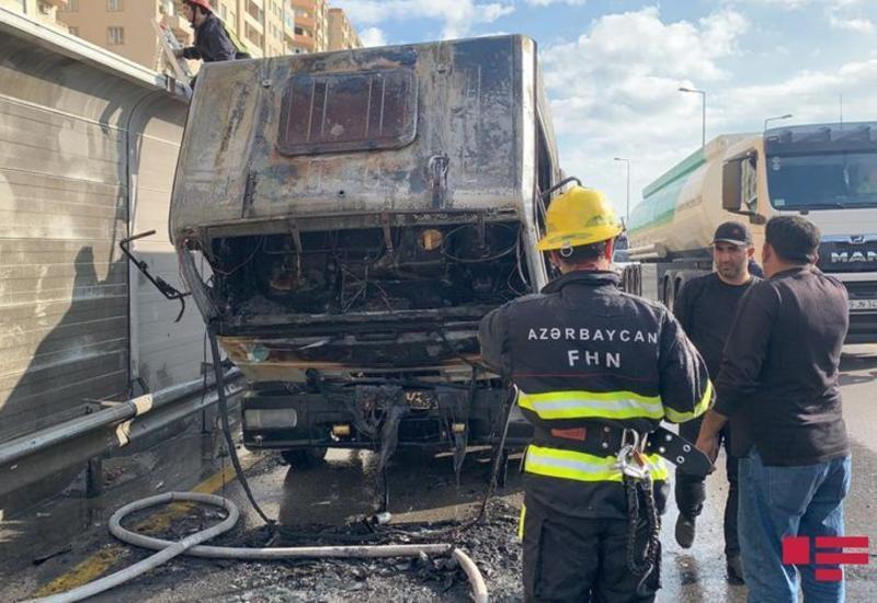 В Баку сгорел эвакуатор, образовалась крупная пробка