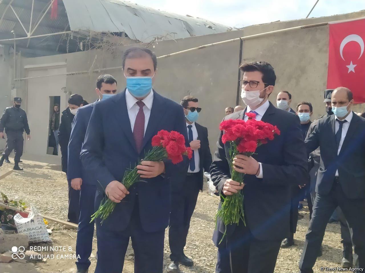 Посол Израиля посетил разрушенные дома в Гяндже