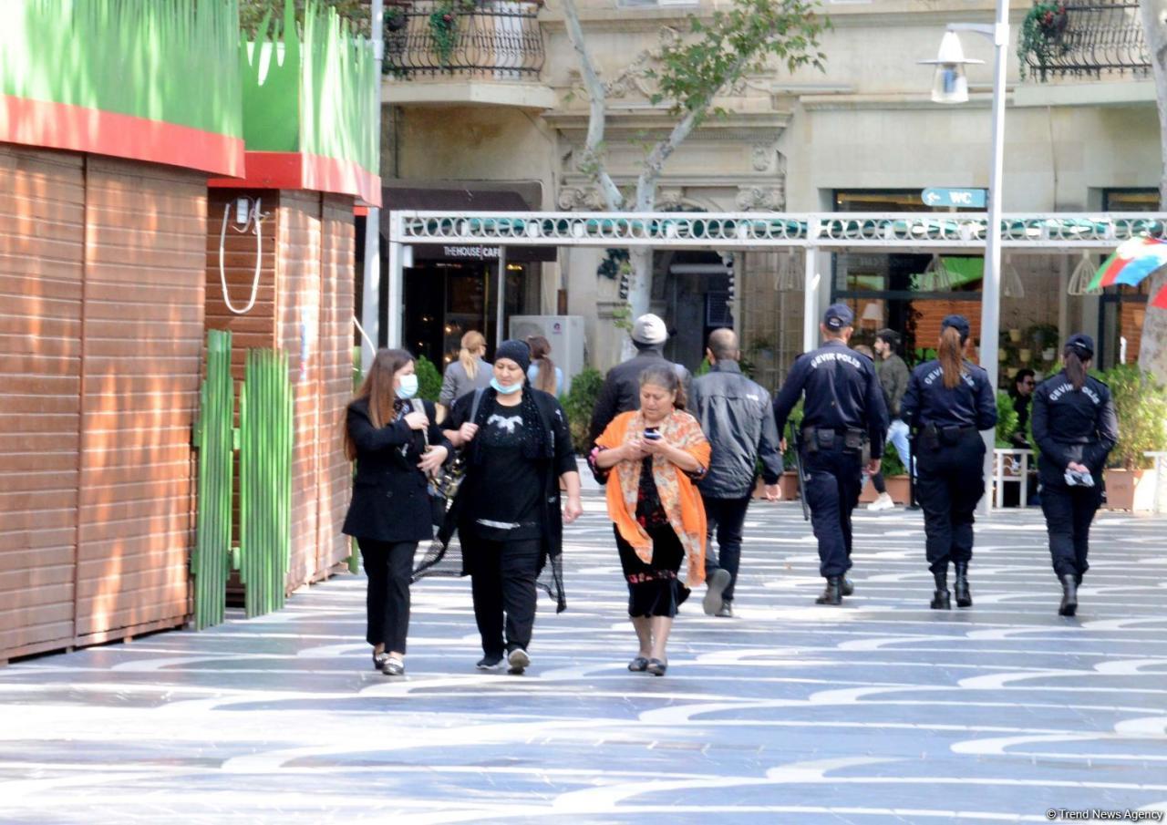 Как соблюдают меры защиты от коронавируса жители Баку
