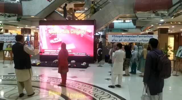 """İslamabadın ən böyük alış-veriş mərkəzində """"Ermənistan mülki əhalini qətlə yetirir. Erməni təcavüzünə son"""" adlı aksiya keçirilir"""