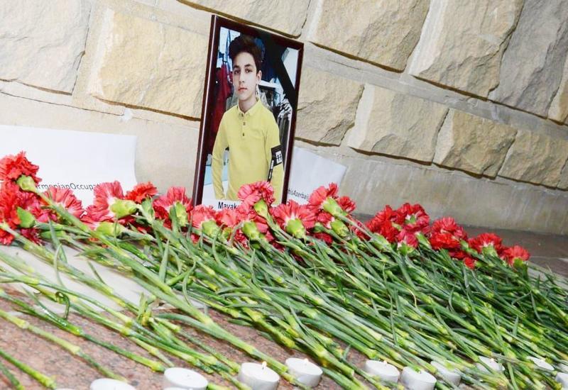 Жители Баку несут цветы к посольству России после гибели 13-летнего Артура Маякова