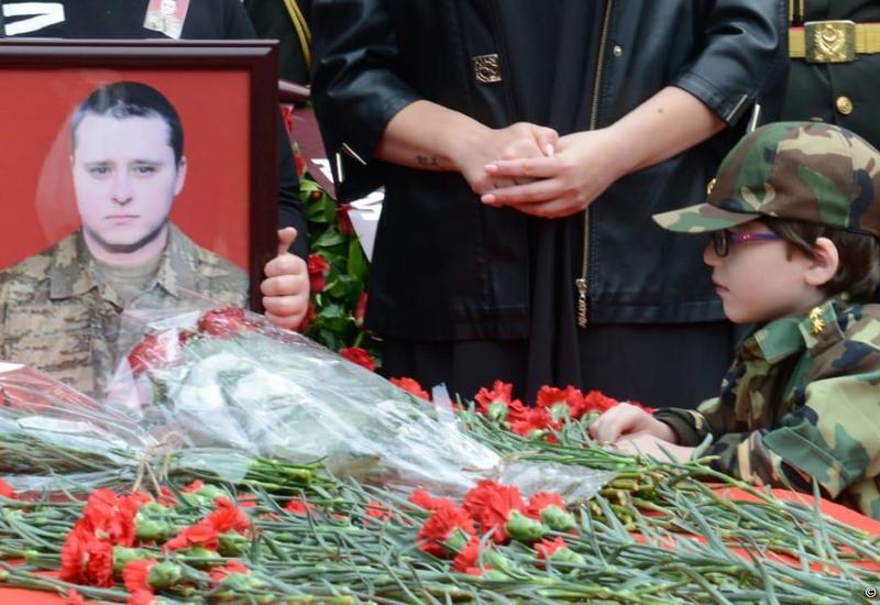 Проходит церемония прощания с шехидом Дмитрием Солнцевым