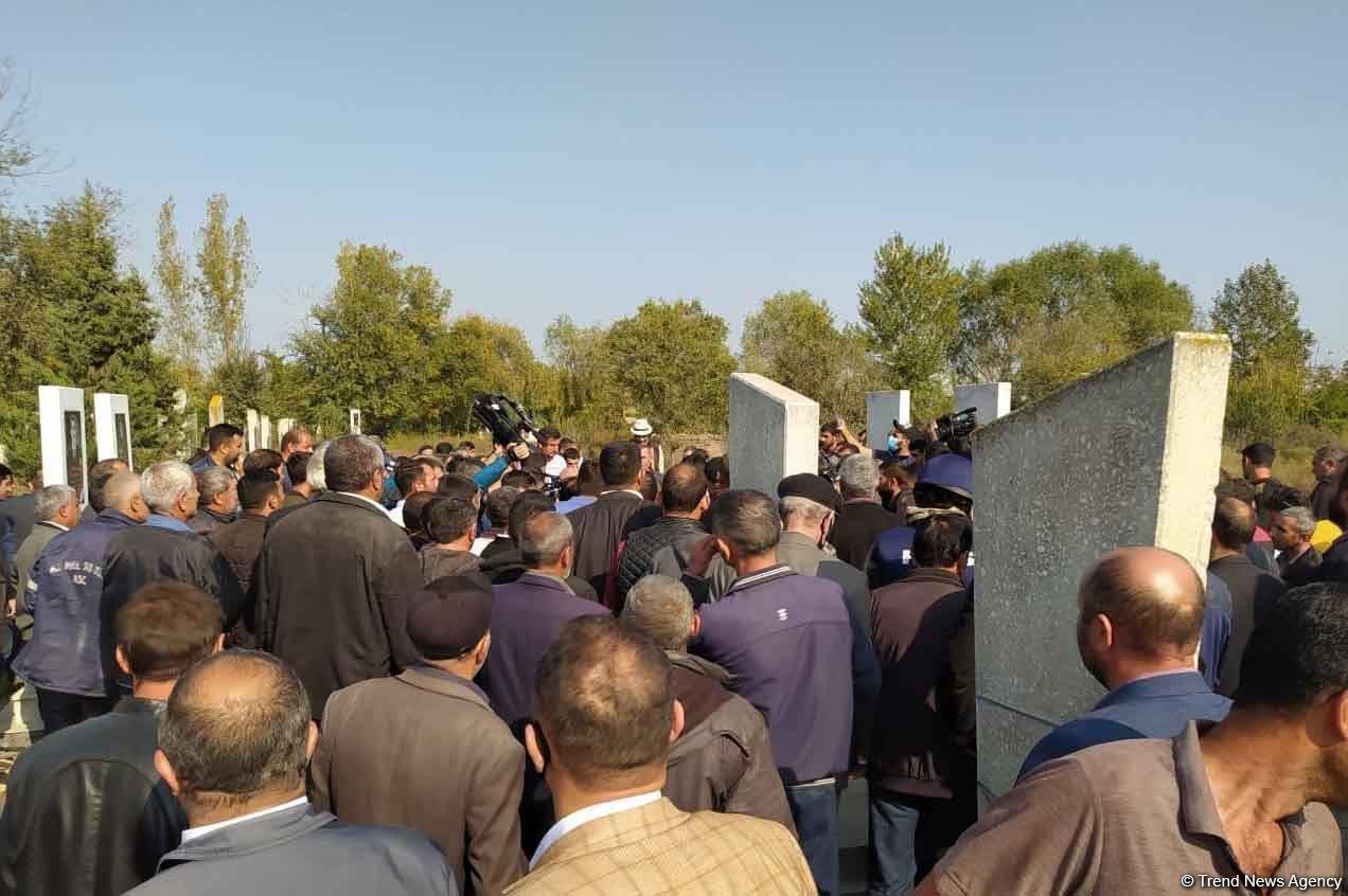 Похоронены мирные жители, погибшие в результате обстрела армянами Барды