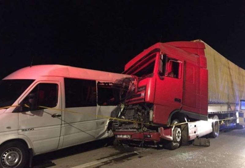 В Грузии столкнулись грузовой автомобиль и микроавтобус,