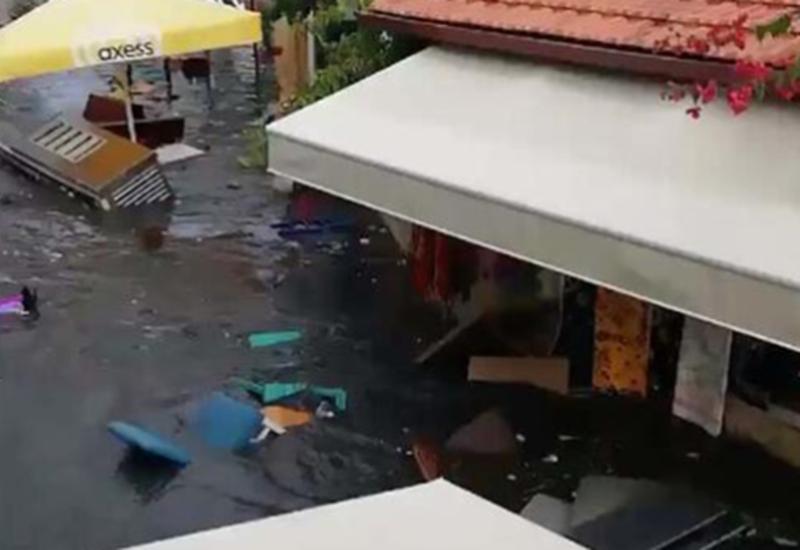 После сильного землетрясения Измир накрыло мощной волной