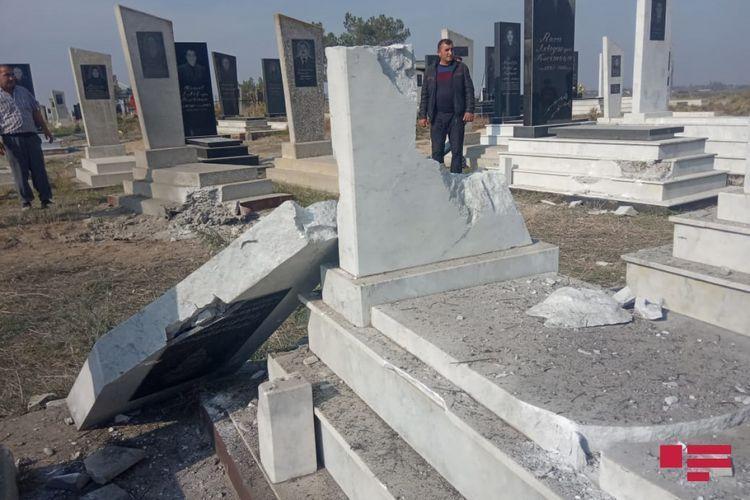 Армяне обстреляли населенные пункты в Азербайджане - разрушены дома и надгробия