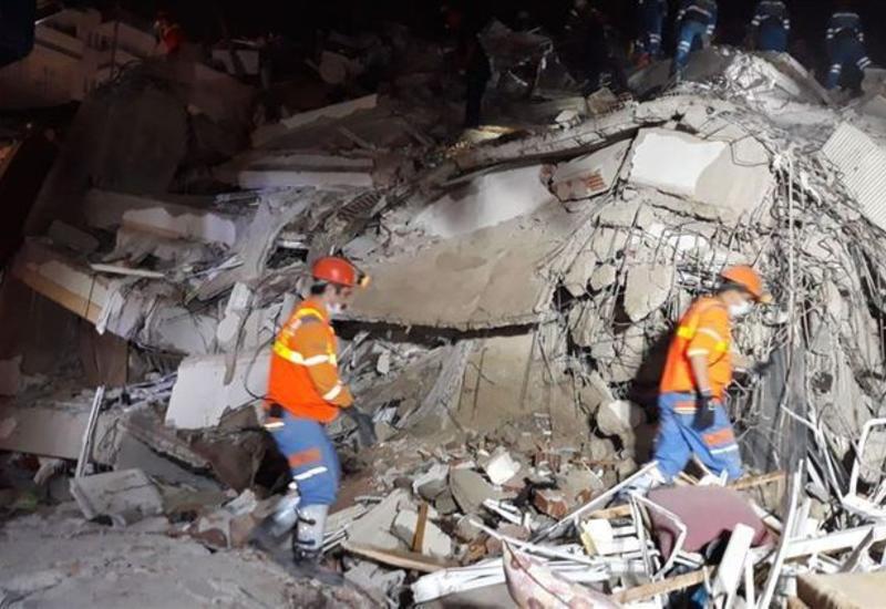 Число пострадавших в результате землетрясения в Измире достигло 831