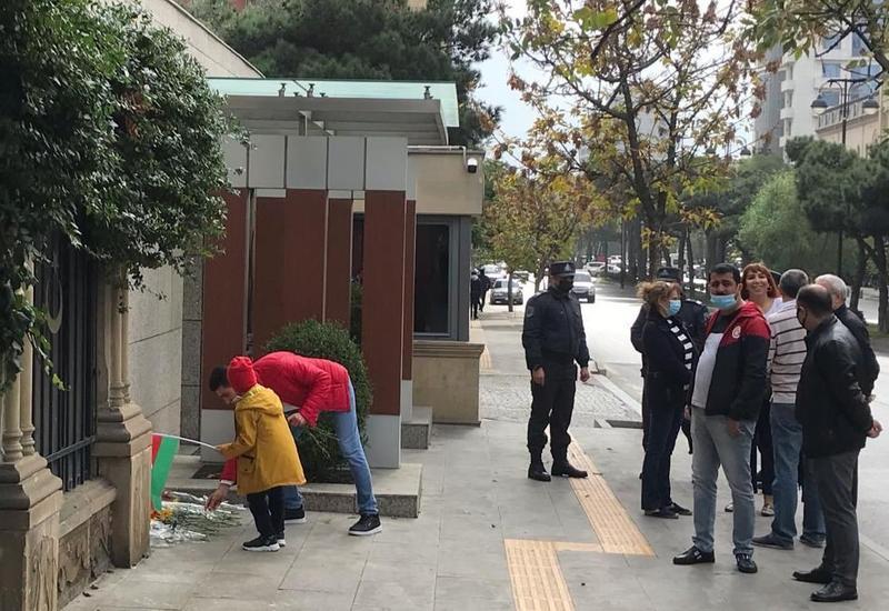 К посольству Турции в Азербайджане возложены цветы