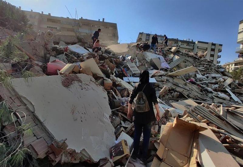 В Измире вытащили еще четырех человек из-под завалов