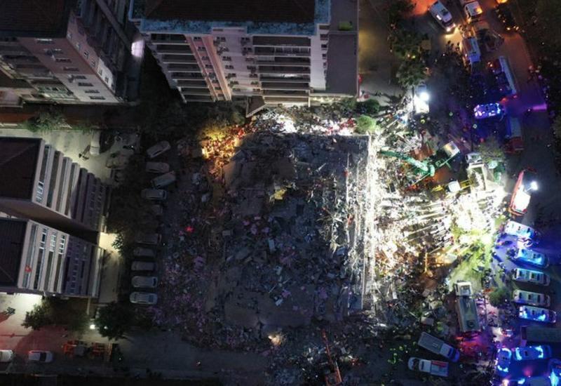 В Измире из-под завалов спасены еще 100 человек