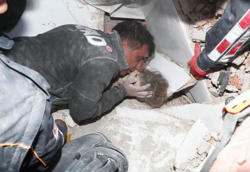 Кадры спасения девочки из-под завалов в Измире