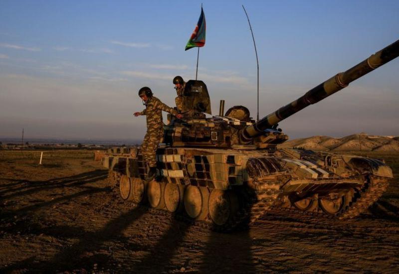 Ayaqyalın qaçan uşaqlar, tank üstündə qayıtdılar