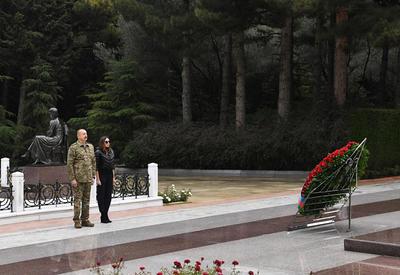 Президент Ильхам Алиев и Первая леди Мехрибан Алиева посетили Аллею почетного захоронения и Аллею шехидов - ФОТО - ВИДЕО