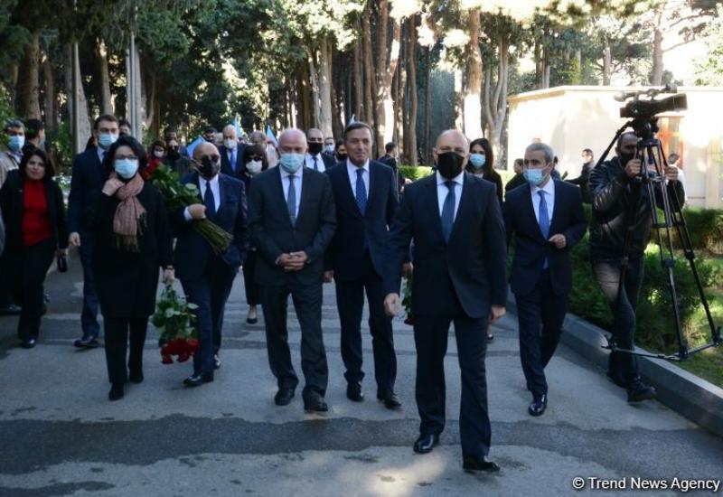 Представители минкультуры Азербайджана и деятели искусства посетили Аллею почетного захоронения