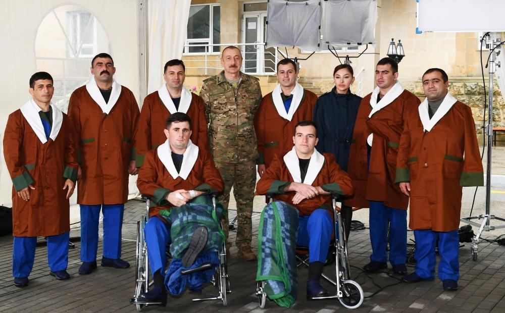 Президент Ильхам Алиев и Первая леди Мехрибан Алиева встретились с военнослужащими, проходящими лечение в Клиническом медицинском центре №1