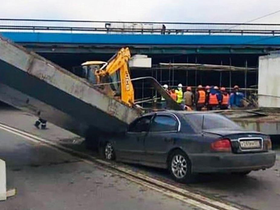 Момент падения бетонной плиты на движущуюся машину в Москве