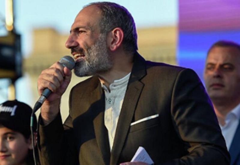 Пашинян вышел к своим сторонникам после заявления о военном перевороте