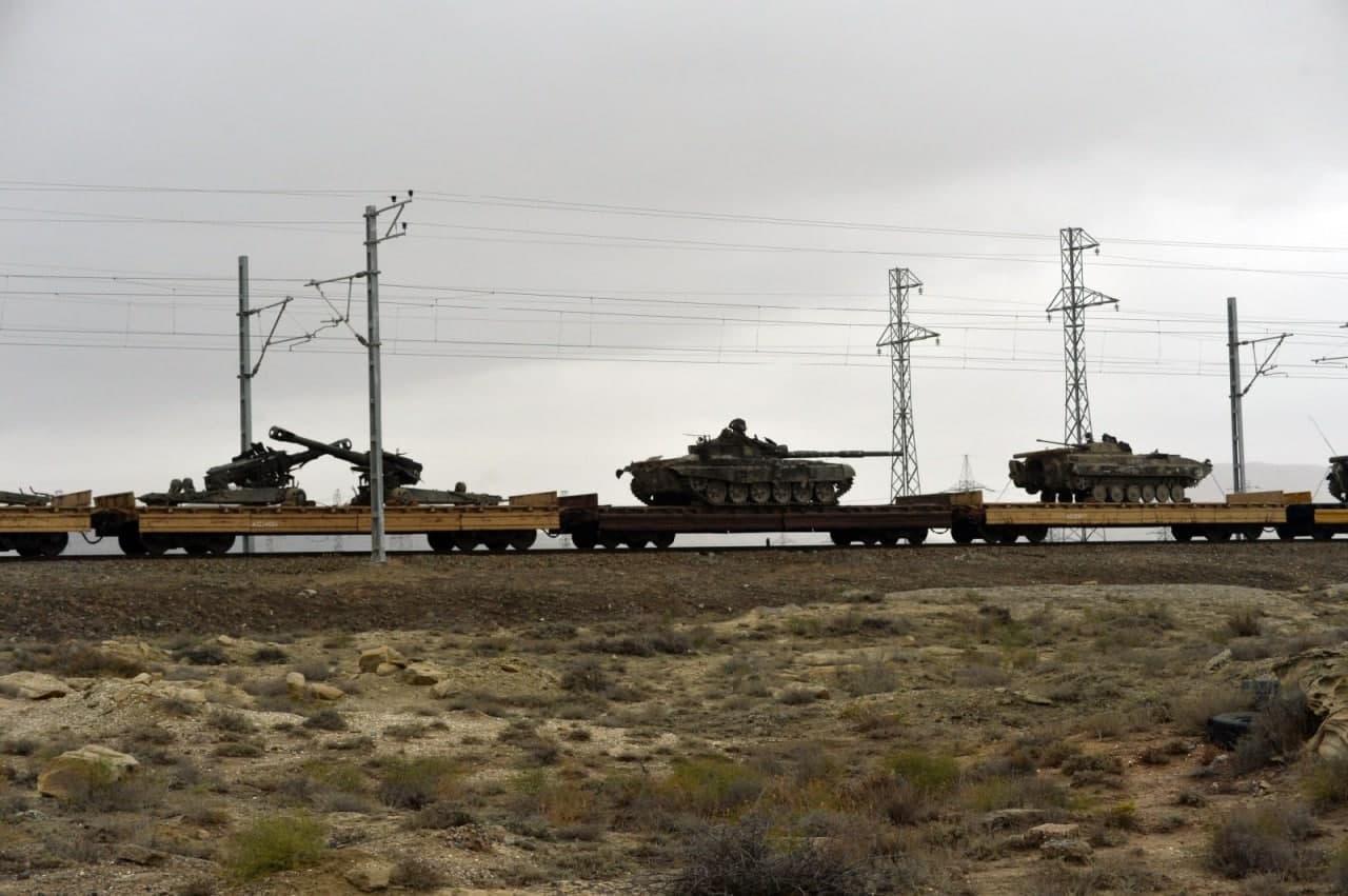 Армянская военная техника, захваченная в качестве трофеев, перевозится в Баку