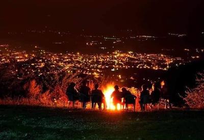 Азербайджанские солдаты любуются ночной панорамой из Шуши  - ФОТО ДНЯ
