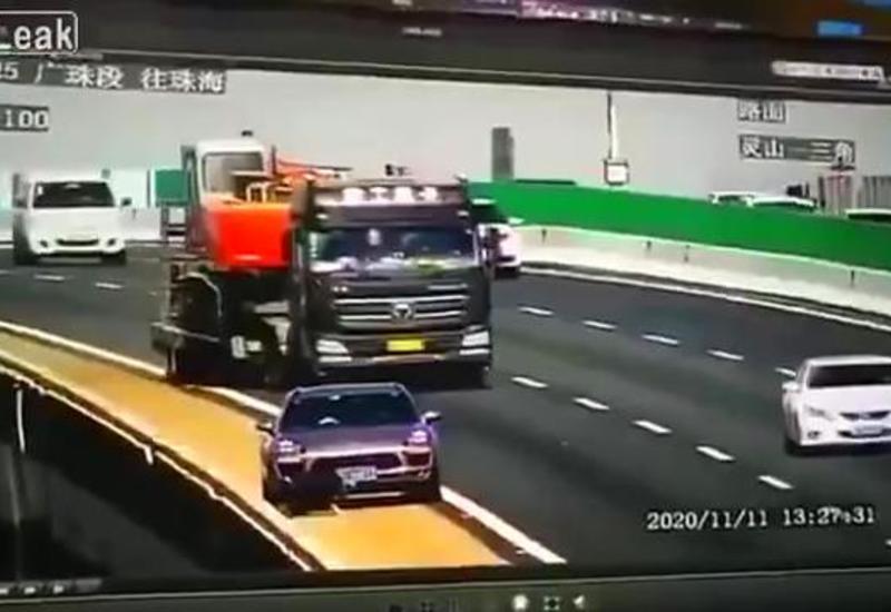 В Китае по глупости водителя произошло чудовищное ДТП