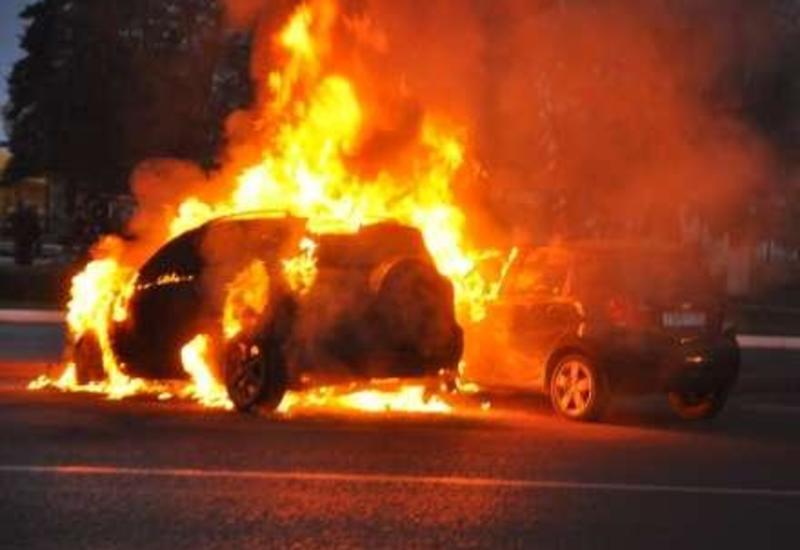 В Баку загорелся автомобиль марки Porsche