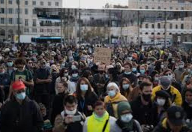 В Париже полиция применила водометы против протестующих
